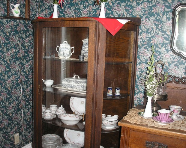 China cabinet Victorian Tea
